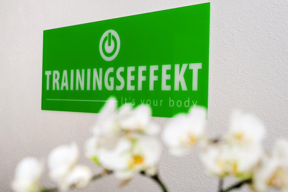 Schild mit dem Trainingseffekt Logo im Eingangsbereich