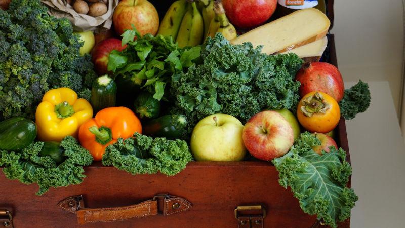Obst und Gemüse in einem Korb liegend
