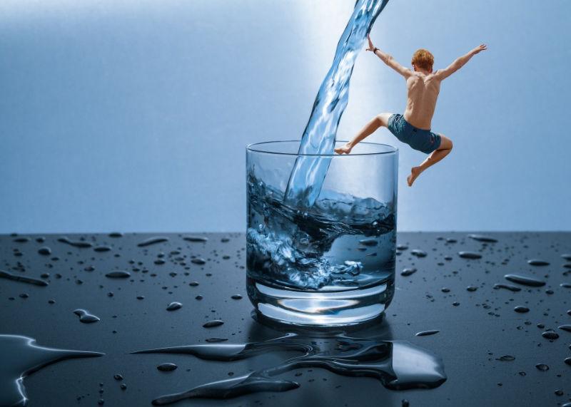 Man springt in Wasserglas